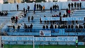 """La curva Sud ricorda il tifoso Massimo.""""Sarai sempre con noi""""."""