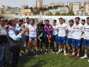 """Il presidente Giavarini accanto alla squadra: """"Akragas, puoi farcela""""."""